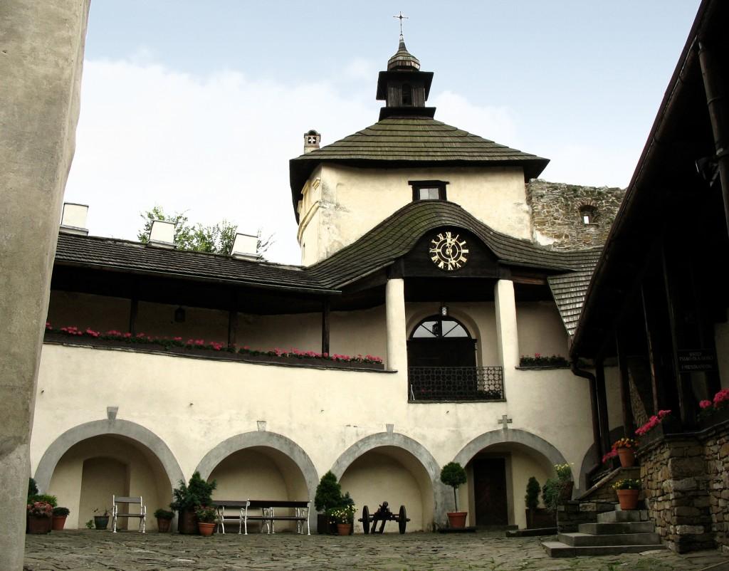 http://upload.wikimedia.org/wikipedia/commons/1/19/Niedzica_-_Zamek_Dunajec_-_dziedziniec.jpg