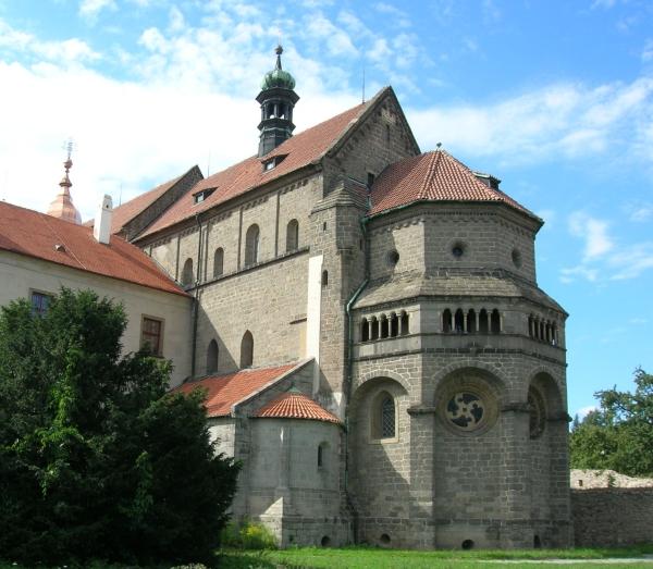 http://upload.wikimedia.org/wikipedia/commons/8/84/Trebic_podklasteri_bazilika_velka_apsida.jpg